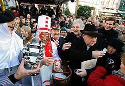 Pierke Pierlala (l.) en burgemeester Termont met hoed hielden een toespraak op de receptie.Frederiek Vande Velde<br>