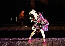 In 'Zeitung' krijgen de dansers veel ruimte voor improvisatie.Rosas <br>
