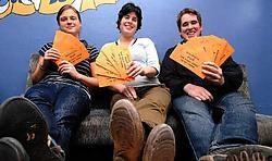 Liesbet Hauspie, Lies Vandamme en Jasper Decru van het 100 dagen-feestcomité en jeugdcentrum DieZie zetten de schouders onder het studentenfeest van morgen. Frank Meurisse