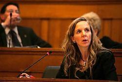 Gedeputeerde Hilde Bruggeman verduidelijkte wat de deputatie bedoelde met de 'neutraliteit' in de personeelscode: 'Personeelsleden moeten zich in de uitoefening van hun dienst onthouden van (..) aanstootgevende houding, kledij en taalgebruik tegenover ied