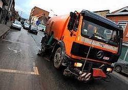 De poetsmachine moet de straten netjes maken, maar de modder spat elke dag opnieuw op de gevels. Patrick Holderbeke<br>