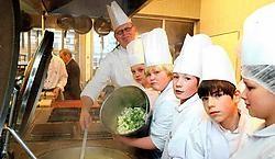 Chef Johan Seghers van restaurant 't Fornuis met de leerlingen van de Piva-kokschool.Koen Fasseur<br>