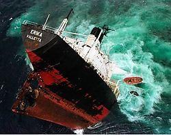 De Erika brak op 12 december 1999 voor de kust van Bretagne in tweeën. De schipbreuk leidde tot een van de grootste olierampen in Frankrijk: 400 kilometer kust raakte vervuild, minstens 150.000 zeevogels kwamen om.afp<br>