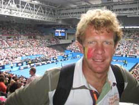 Sebastien Godefroid draagt Belgische vlag tijdens openingsceremonie
