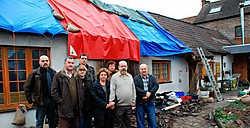Het steuncomité samen met het getroffen echtpaar Eric De Roeck en Francine De Smet.<br> Eddy Vuylsteke