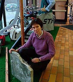 Christine Mattheusen toont de zware steen waarmee de voordeur werd verbrijzeld. Lily Leys