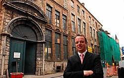 Janick Maertens, directeur van Oud Huis de Peellaert voor het gebouw dat in maart 2010 in volle eer hersteld moet zijn. Michel Vanneuville