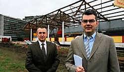 Algemeen directeur Peter Verhulst (rechts) en logistiek directeur Patrick Lanssens voor de oude tribune van het KVGO terrein dat maandag werd afgebroken.Peter Maenhoudt<br>