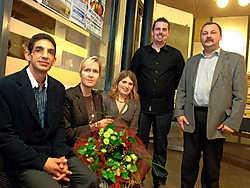 Zonechef Jozef Koeks (rechts) en agent Peter Vanstalle (tweede van rechts) samen met andere slachtoffers van de overval. Het verwerkingsproces heeft zijn tijd nodig.Yvan De Saedeleer<br>