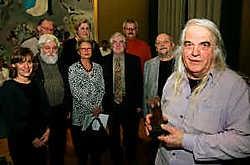 Omringd door leden van het bureau van de Culturele Raad ontving Iwein Scheer de Cultuurprijs in de vorm van een bronzen beeldje van wijlen Gust Michiels. Peter Maenhoudt