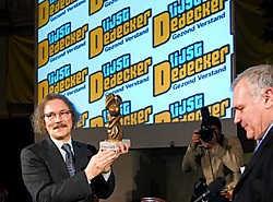 Boudewijn Bouckaert neemt een beeldje in ontvangst van Jean-Marie Dedecker. Michiel Hendryckx <br>