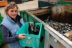 Het containerpark in Strijland wordt veel benut. 'Heel handig, ik kom af en toe langs', zegt Hilde Vandenbossche uit Oetingen. Yvan De Saedeleer<br>