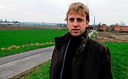 Schepen Kristof Chanterie voor de Blauwpoorthoeve in de Waregemse Blauwpoortstraat, waar misschien een nieuwe industriezone wordt aangelegd. Patrick Holderbeke