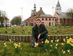 Kurt Vossaert bij de narcissen die al volop in bloei staan: 'Door het mooie weer denken ze dat de lente er nu al aan komt.'vacas