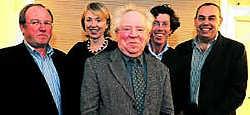 Unizo Menen neemt afscheid van Joris Larmuseau (midden) en wordt geflankeerd door Herman Wenes, Marc Desmet, Hilde Joncheere en Pol Matton. Patrick Holderbeke