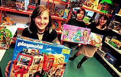 Studenten van het project Katrol komen in De Speelkoffer speelgoed ontlenen als hulpmiddel in hun studie- en gezins-<br>ondersteuning. Patrick Holderbeke