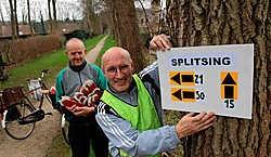Dirk Verduyn en Hilaire Verstraete hangen alvast de wegwijzers op voor de wandeltocht. Michel Vanneuville
