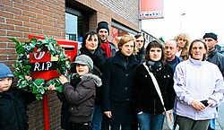 Buurtbewoners van de Nieuwe Stad hielden woensdagnamiddag een minuut stilte voor hun postkantoor in de Chrysantenstraat. Peter Maenhoudt<br>