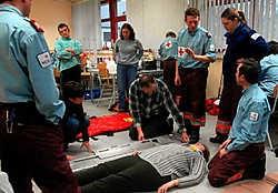Het Rode Kruis friste deze week de kennis en technieken van de hulpverleners op. 'We willen op alles voorbereid zijn', zegt coördinator Danny Smekens.