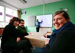 De leerkrachten Caroline (van links), Ghis en Nele amuseren zich best in de les schrijven op het digitale bord.Gregoire De Poorter