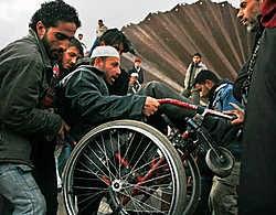 Nadat militieleden de ijzeren wand op verschillende plaatsen hadden opgeblazen, trokken de Palestijnen in drommen naar Rafah. De opening van de grens is wellicht van korte duur.ap<br>