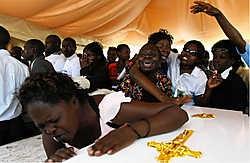 De Keniaanse oppositie rond leider Raila Odinga hield gisteren een massabegrafenis van 28 slachtoffers die door de politie zouden zijn doodgeschoten. Bij clashes met de politie kwamen opnieuw twee mensen om het leven. reuters<br>