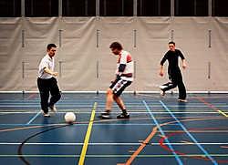 Kristof Snelders (links) voetbalt met jongeren van De Sleutel: 'Je voelt dat ze plezier hebben.'Wouter Van Vooren<br>