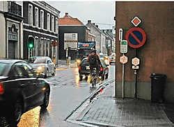 De aanleg van een afgescheiden fietspad langs de drukke N8, die onder meer het centrum van Leupegem doormidden snijdt, is nog niet voor morgen. Guy Van Den Bossche