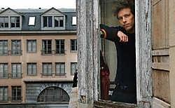 Veel kantoorgebouwen staan leeg omdat ze verouderd zijn. Kunstenaars als Frederik (op de foto) kunnen van die leegstand dan weer gebruikmaken. Herman Ricour