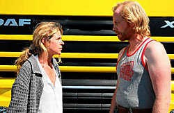 Barbara Sarafian en Jurgen Delnaet vertolken Matty en 'haar' trucker. Grijze mensen met stiekem toch een kleurrijk leven.rr
