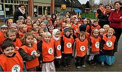 De jasjes zijn gemaakt van opvallend oranje en in het textiel is ook het nieuwe schoollogo verwerkt.<br> Paul De Malshe
