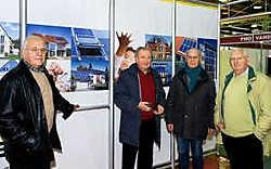 Frans Loontjens, Michel Vulsteke, Roger Vanderhaeghe en Robert Lombaert (vlnr.) van Agro Expo Vlaanderen in de energiestraat in opbouw. Stefaan Beel