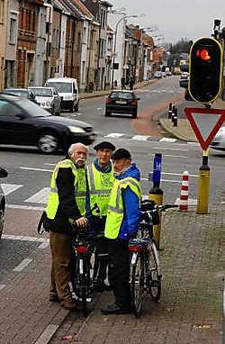 De voorgestelde fietsroute loopt langs het Brugsken en het Hertjen in Sint-Niklaas richting Temse, leggen Herman Cole, Guy Smet en Eddy Van den Bossche van de Fietsersbond uit. Paul De Malsche