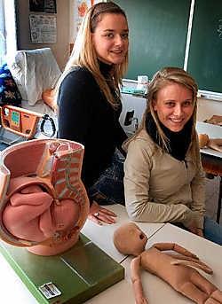 Jessica Smets en Stephanie Peeters (Kathleen De Paepe ontbreekt op de foto) vertrekken naar Gunfur in Gambia om er zes weken mee te draaien in een bevallingscentrum voor vrouwen. Yvan De Saedeleer