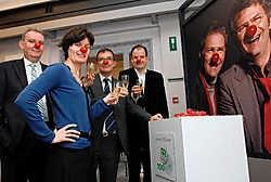 Luc Daeninck (administratie), Bie Callens (Welzijn), Geert Vansteenkiste (algemeen directeur) en Marc Coucke (financiën) klinken bij de affiche op 100 jaar CM Brugge. Michel Vanneuville