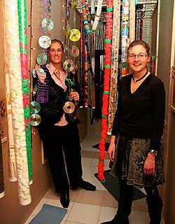 Nathalie Provoost (links) en Annelies Timmermans maakten in een lokaal een zachte en harde gang, een donkere tunnel en een open ruimte. Norbert Minne