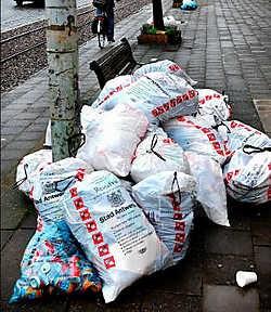 De eerste weken geven de controleurs vooral waarschuwingen voor afval dat verkeerd wordt aangeboden. Wim Kempenaers<br>