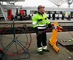 In het station van Leuven worden de leidingen aangelegd die de plaatsing van bewakingscamera's mogelijk maken. Johan Vancutsem
