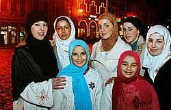 Niet alleen de allochtone gemeenschap is niet te spreken over het hoofddoekenverbod, ook in de meerderheid is er heel wat ongenoegen over de beslissing. Inge Van den Heuvel<br>