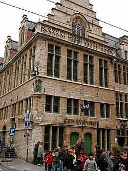 De Cour Saint-Georges - of het Sint-Jorishof - is al vele jaren een serieus zorgenkind voor de stad.Frederiek Vande Velde