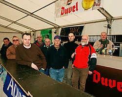 Bart De Baets (links vooraan), is met zijn team klaar om de hongerigen en dorstigen op de Parkcross te spijzen en te laven.vacas