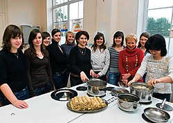 Twee Armeense vrouwen bakken hartige pannenkoekjes met de leerlingen van Sancta Maria in Ruiselede. Stefaan Beel<br>