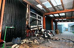 Brandweermannen meten de schade op aan de achterkant van de kantine van voetbalclub White Star. Peter Maenhoudt<br>