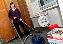 Uitbaatster Maria Leys maakte meteen de etalage schoon. De winkel was gisteren gewoon open. Lily Leys