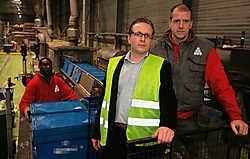 Thomas Keuppens (links) en Wim Platteau, respectievelijk manager en operationeel verantwoordelijke van de verpakkingsafdeling: 'Ons enige restafval is papierpulp.'Gianni Barbieux