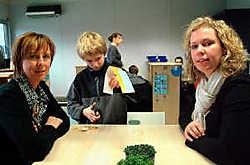 Juf Isabelle Hosten en juf Tinne Mostmans. 'Je merkt dat onze aparte aanpak vruchten afwerpt.' Lily Leys