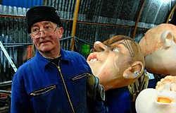 Josken De Mette zag in zijn lange carrière de carnavals-<br>wagens evolueren. 'In de beginjaren ging alle aandacht naar het idee. De uitwerking was bijkomstig.'