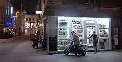 De nachtwinkels in de buurt van de Oostendse Langestraat, die vaak tot 7 uur 's morgens open zijn, veroorzaken vaak overlast, Eric de Mildt<br>