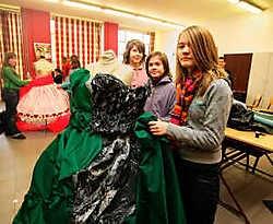 Marie Huysentruyt (12) en Hanne De Baets (12) vervaardigen een heel bijzondere jurk in het kostuumatelier.Gregoire De Poorter