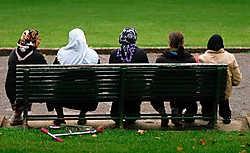 Nogal wat linkse intellectuelen verdedigen in naam van de emancipatie het islamitische recht op de mildste vorm van terrorisme: vrouwenonderdrukking. Aldus Barnard en Van Istendael. mh